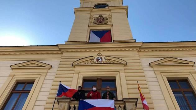 Vlajka pro hrdiny. Iniciativa se šíří internetem