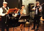 Z Jablonce přijela zahrát šestičlenná formace Swing Society, vedená kapelníkem Fredym Kozderkou.