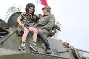 Dětský den v Dobrovici přilákal na tréninkové fotbalové hřiště stovky návštěvníků