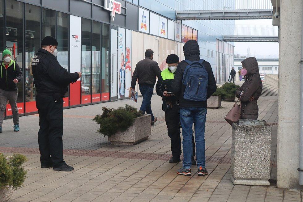 """Městská policie pokutovala mladíka, který kouřil u cedule s nápisem """"zákaz kouření""""."""