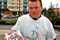 """Lidé neznají všechna svá práva,"""" řekl Karel Sycher, který v ulicích Mladé Boleslavi brožury rozdával."""