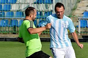 Hráč Strašnova Štěpán Řehák (v zeleném).