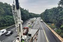 Do další etapy, která změní charakter omezení průjezdu po dálnici D10, vstupuje oprava dálničního mostu u Staré Boleslavi.