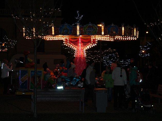 Adventní trhy přitahují lidi nad očekávání Mladá Boleslav - Na večerní adventní trhy, které potrvají až do 23. prosince, si denně od 16 do 21 hodin najde cestu až tisíc lidí.