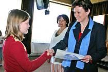 Dětem předala diplomy sama starostka Bělé pod Bezdězem Daniela Vernerová