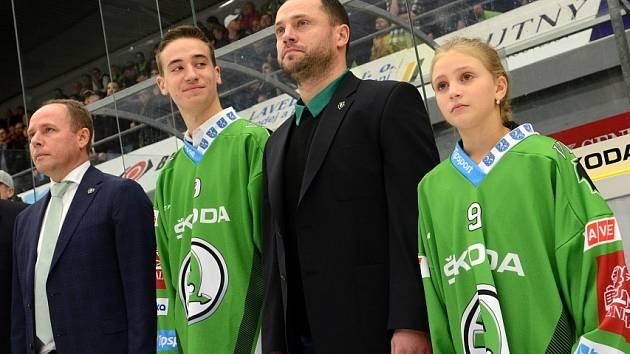 ROZLUČKA. David Výborný dorazil na led v doprovodu dvou svých dětí.