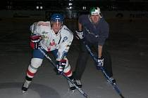 Jiří Řehoř (vpravo) při focení sady hokejových kartiček firmy ProSet na sezonu NHL 2009/2010