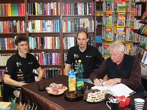 Slavní soutěžní jezdci podepisovali novou knihu o rally