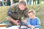 ARMÁDA ČR ukazovala dětem zbraně. Byly z nich nadšené.