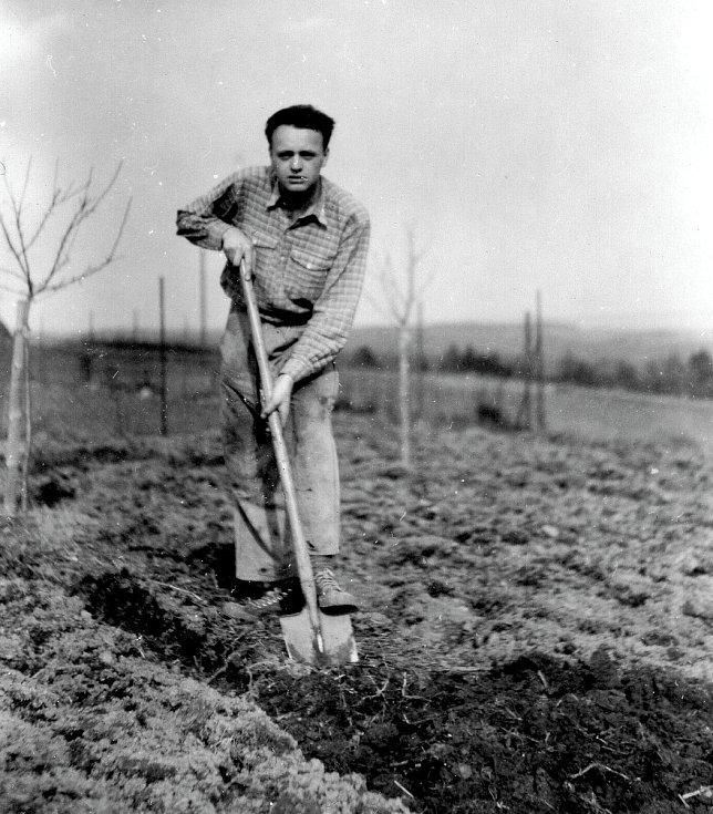 Mladý Erich Novák jako zahradník.