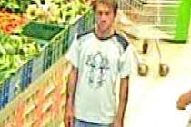 Tento muž je podezřelý z krádeží v obchodech.