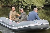 Hospodář boleslavské rybářské organizace Radek Zahrádka vyvezl na novém člunu předsedu územního svazu ČRS Dušana hýbnera a náměstka hejtmana Karla Horčičku.
