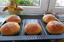 Hovězí hamburger s domácími bulkami.