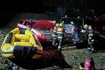 Mladý muž se pokusil zabít skokem ze železničního mostu do Jizery. Hasiči měli připraveny tři záchranné čluny.