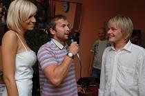 Tanečník z Bailanda Petr Pik pokřtil s Hanou Mašlíkovou nový kalendář. Kmotry byli Dalibor Gondík a Jan Révai.