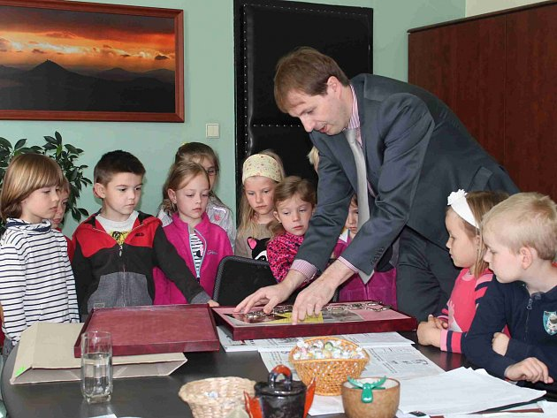 Děti z MŠ Jaselská v Mnichově Hradišti navštívily starosto Ondřeje Lochmana