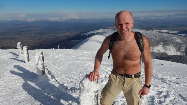 Jiří Škvrna plave v ledové vodě, nebojí se ani výstupu na Sněžku do půl těla.