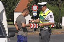 Řidiči obdrželi z rukou policistů voňavé visačky do aut se základními preventivními radami.
