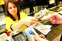 Zaměstnanci Škody Auto mají sice vyšší mzdy, ale v Mladé Boleslavi je tak draho, že jim z výplaty téměř nic nezbude. Většinu platu nechají v obchodech.