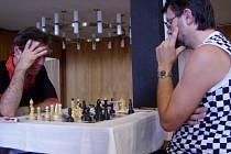 Remíza Jaroslava Záhorbenského (vpravo) s Gruzíncem Shalamberidzem (vlevo) udržela bakovského hráče v čele soutěže.