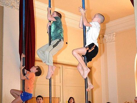 Jednou z disciplín dvojboje župního přeboru byl šplh na tyči.