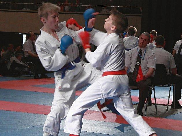Boleslavský karatista Filip Vít (vpravo) bojoval v osmifinále kumite bez rozdílu hmotnosti s výrazně vyšším a těžším soupeřem, jemuž  podlehl po více než vyrovnaném boji.