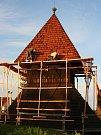 Hornostakorská dřevěná zvonice právě prochází opravami.