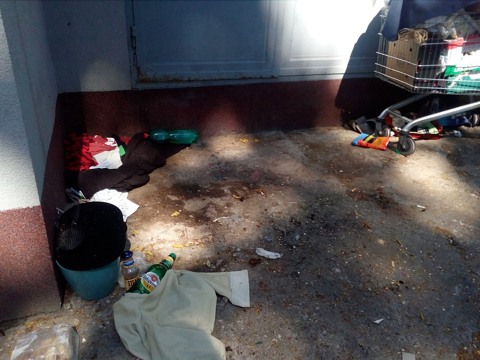 Bezdomovkyně v Pezinské obtěžuje hlavně nepořádkem