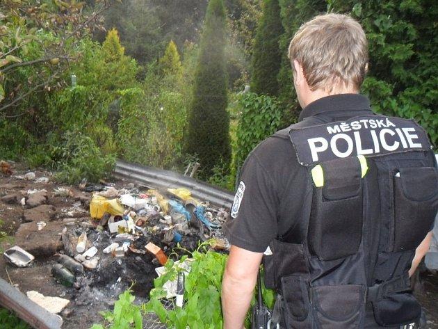 Muž pálil na zahradě všechno, co mu přišlo pod ruku