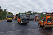 Ředitelství silnic a dálnic ČR v úterý na Twitteru ohlásilo, že dodavatel dokončuje západní polovinu mostu, kde je již položena obrusná asfaltová směs.