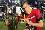 František Hakl s trofejí pro mistry světa v malém fotbale, kterou s českou reprezentací vybojoval v Tunisku.