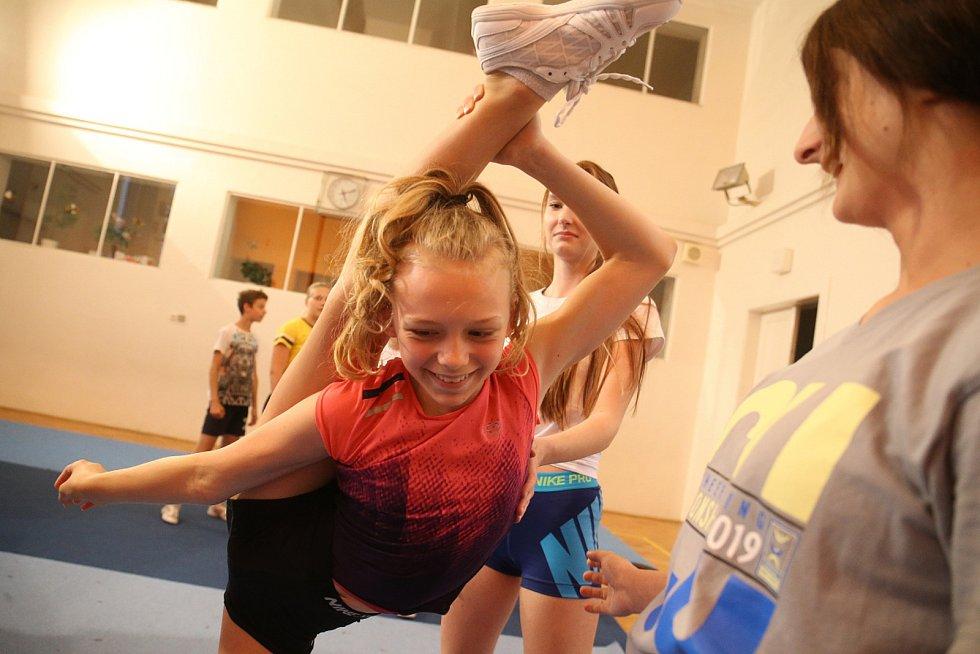 """Sportovní cheerleading má jednotlivé kategorie, jako například taneční, akrobatický, gymnastický, hip hop, jazz… """"Sport je hezký, každý si v tom něco najde. Hodnotí se složitost provedených prvků,"""" řekla trenérka."""