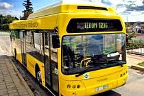 Autobus Tedom na plynový pohon.