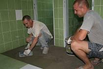 Rekonstrukce školy v Bakově nad Jizerou prý finišuje.
