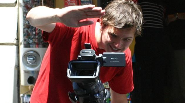 Kameraman David Borozidis při práci. Filmy, které natáčel, mohou diváci zhlédnout v pondělí 4. srpna od 21 hodin v restauraci Sklípek Na Výstavišti.