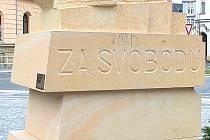 HANLIVÝ nápis z pomníku legionáře včera zmizel. Přesto řadu lidí při slavnostním aktu 28. října pohoršil.