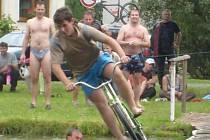 Přejet rybník na kole po lávce? Šílené!