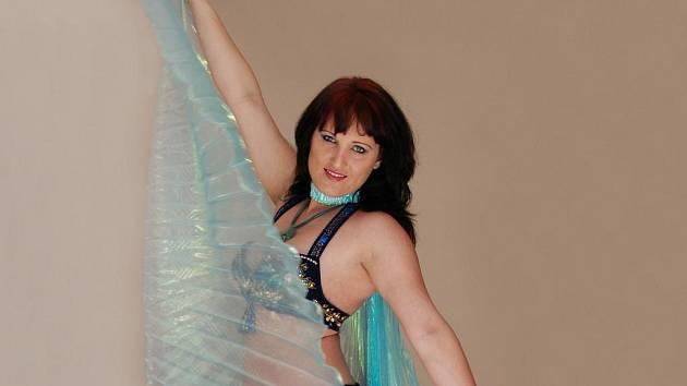 Tanec bohyně Isis v podání Evy Hlávkové z taneční skupiny Shareefa.