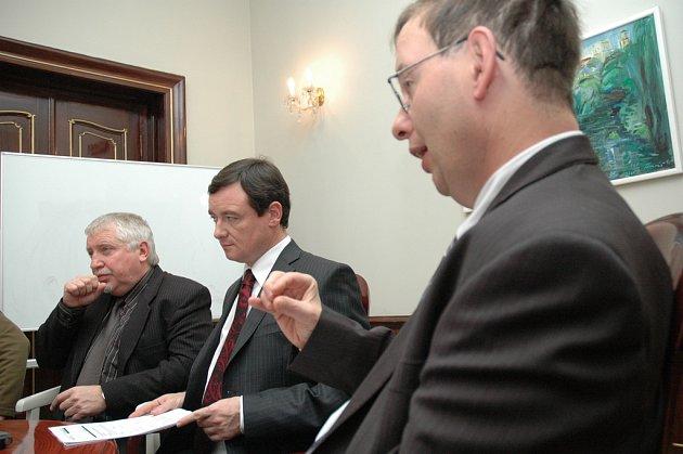 Plánovat opravy chceme chytře, aby doprava ve středních Čechách nezačala kolabovat, sliboval hejtman David Rath na setkání s novináři.