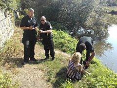 U mostu do Čejetiček zachraňovali strážníci z vody sebevražedkyni