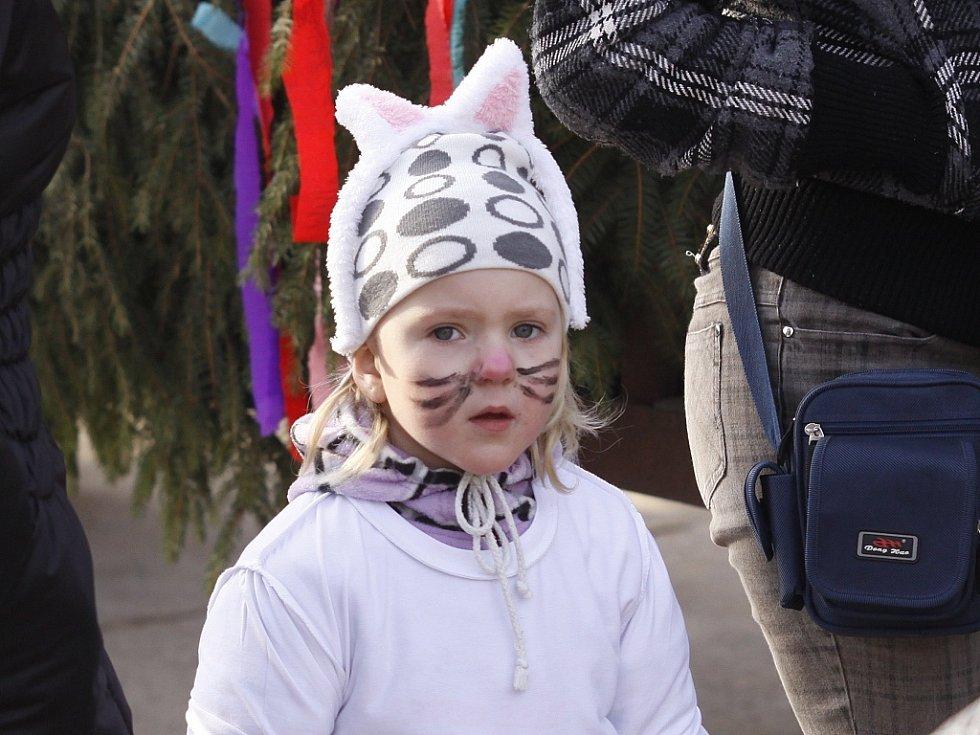 Tradiční průvod masek ovládl Semčice