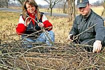 Čapí hnízdo vznikalo v ovocném sadu u Dobrovice. Karel Makoň se Štěpánkou Radikovskou si s jeho výrobou dali velkou práci.