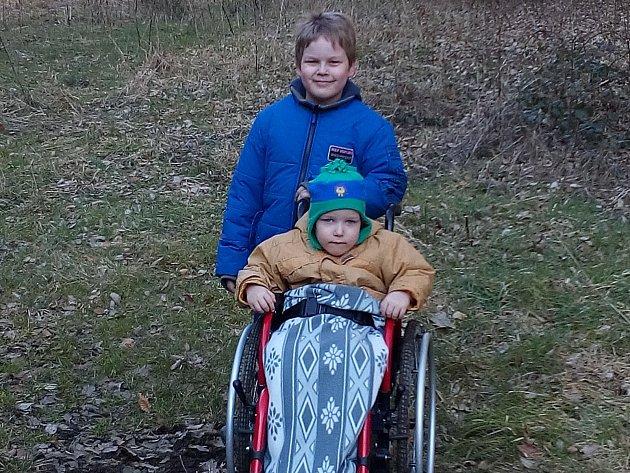 Malý František s bráškou. Díky operaci by se mohl vozíku zbavit
