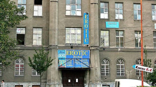 Z budovy bývalých vojenských kasáren v Jičínské ulici, která chátrá, by konečně mohl vzniknout luxusní hotel.