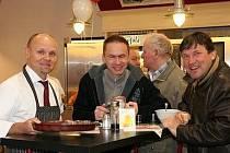 Na snímku zleva je  majitel provozovny pan Fiala, asistent poslance Stanislav Fořt a poslanec Jan Smutný.