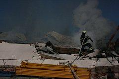 Požár skladovací haly v Luštěnicích.