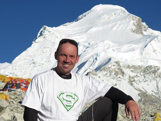 Horolezec Petr Mašek pod Čo Oju
