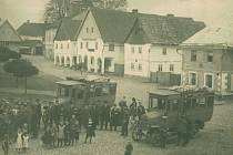 Kuřívody. První autobusy na náměstí na trase Kuřívody Bělá pod Bezdězem na začátku 20. století.