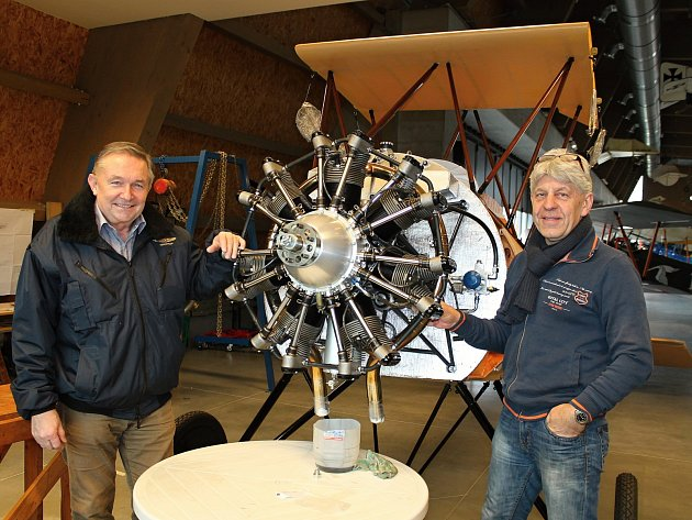 Ředitel leteckého muzea Vladimír Handlík a mechanik Jiří Hybler s motorem letadla Morane Saulnier BB.