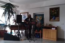 Hagrid z poprockové kapely Hurwajs zazpíval začátkem září v Domově seniorů v Mladé Boleslavi.